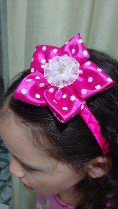 Tiara Estrela de poá pink com  flor de fita branca.