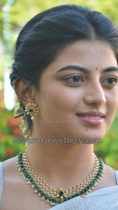 celebrity jewellery, actress Anandhi wearing simple pearls necklace, emerald drops necklace with earrings Pearl Necklace Designs, Gold Earrings Designs, Gold Jewellery Design, Gold Necklace, Gold Designs, Handmade Jewellery, Light Weight Gold Jewellery, Gold Jewelry Simple, Emerald Jewelry