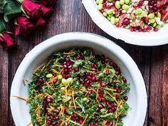 Grønkålssalat med granatæble, edamamebønner og tahin dressing? Få opskriften på sprød salat med grønkål - og 50 andre sunde salater.