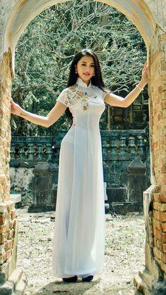 What i need to know about women in Vietnam ? Vietnamese Traditional Dress, Vietnamese Dress, Traditional Fashion, Traditional Dresses, Vietnam Girl, Ao Dai Vietnam, Beautiful Asian Women, Asian Fashion, Asian Woman
