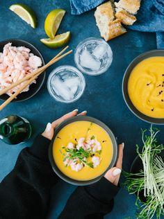 Soupe thaïe à la courge & au lait de coco (à la mijoteuse) - Science & Fourchette Healthy Recipes, Soups And Stews, I Foods, Vegan Vegetarian, Ramen, Meal Prep, Crockpot, Meals, Cooking