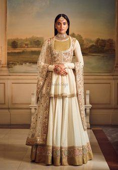 Sabyasachi Mukherjee has never failed to impress us with his stunning wedding attire collections. Look at the latest Sabyasachi lehenga designs to give a treat to your eye. Sabyasachi Lehenga Bridal, Indian Lehenga, Pakistani Bridal, Lehenga Choli, Anarkali, Designer Party Wear Dresses, Indian Designer Outfits, Indian Gowns Dresses, Pakistani Dresses