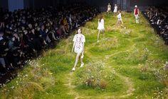 Modelos presentan las creaciones del diseñador italiano Giambattista Valli de su colección primavera/verano 2016 en la Semana de la Moda en París, Francia, 07 de octubre de 2015. REUTERS / Charles Platiau