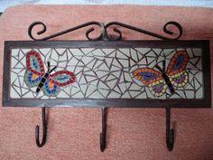 Perchero de fierro. mosaico realizado con azulejos reesmaltados Mosaic Tray, Mosaic Wall, Mosaic Glass, Mosaic Artwork, Mosaic Garden, Mosaic Projects, Mosaic Patterns, Hobbies And Crafts, Decoration