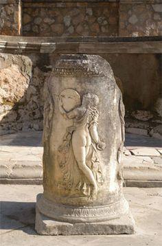 Ara báquica del Teatro. Siglo I-II d.C. Conjunto Arqueológico de Itálica.