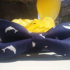 Pajarita azul marino con estampado en blanco de delfines