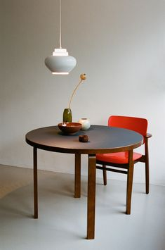 Table 91 is Alvar Aalto's timeless design from The round dining table combines walnut-stained birch with easy-care linoleum. Wooden Dining Tables, Dining Table Design, Modern Dining Table, Dining Chairs, Table Furniture, Furniture Design, Esstisch Design, Selling Furniture, Interior Design Studio