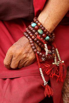 Boeddhistische monnik met een japa mala ketting! Dit is een gebedsketting bestaande uit 108 kralen. Je hebt ook andere nummerreeksen welke meestal deelbaar zijn door 9! Caro