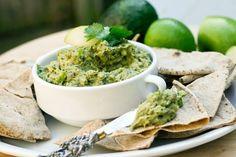 Avocado a câștigat faima unui super-aliment, deoarece este foarte hrănitor și util în dieta celor care vor să înlocuiască grăsimile nocive cu grăsimi bune, benefice pentru inimă și creier.
