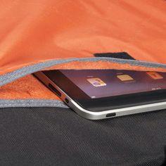 태블릿의 인기가 점차 상승함에 따라 태블릿 전용 수납공간 또한 고급화 되었습니다 전용포켓은 노트북 수납 공간에서 사용된 것과 같은 부드러운 느낌의 안감으로 마감. 노트북과 태블릿 모두 안전하게 보호할 수 있습니다