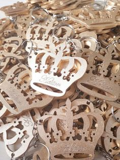 Chaveiros coroa dourado com nome mdf Laser Cutting, Eid, Key Rings, Ideas, Baby Shower Deco, Mother's Day, Guest Gifts, Themed Parties, Crowns