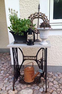 Blomsterbord av symaskinsunderrede och bordsskiva av betong. Mittlifjennyaberg.blogspot.se