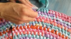 This is another way I often add increase knots when I make a rug. More information about this technique on my blog: http://fourelevenrox.blogspot.com/2016/05...