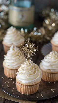 This easy champagne cupcake recipe with champagne frosting is a New Year's Eve dessert you won't want to miss! How to make champagne cupcakes using a box cake. New Years Eve Dessert, New Years Eve Food, New Years Eve Party, Cupcakes Au Champagne, Champagne Recipe, Silvester Snacks, Silvester Party, Dessert Parfait, Bon Dessert