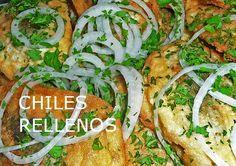 Sirve tus chiles rellenos con cebolla condimentada con orégano y perejil picado por encima. Puedes acompañarlos con arroz blanco o comerlos con pan francés.