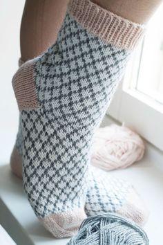 Tämä ohje sisältää kerros kerrokselta selitetyn ohjeen, jotta jokainen uskaltaa kokeilla sukkia. Tämä on tehty suorastaan teille, neulonnan newbies! Continue Reading... Diy Crochet And Knitting, Crochet Socks, Crochet Art, Knitting Socks, Hand Knitting, Knitting Patterns, Woolen Socks, Mittens Pattern, Knitting Accessories