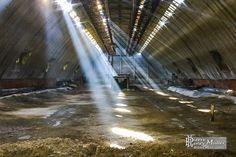 Rayons lumineux dans un hangar de stockage à l'usine SAFEA