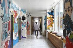 O hall de entrada da agência JWT em Amsterdã, Holanda, tem paredes grafitadas. Projeto: RJW Elsinga.