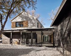 sitting on lake austin in central texas, USA, the 6,000ft2 (557m2) home went from idea to completion in almost exactly 12 months.