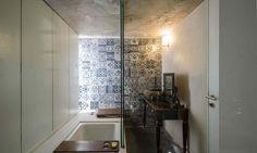 Une des salles de bains compactes et bien aménagées pour les chambres des enfants