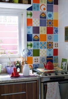 Luz direta: Na cozinha, a janela foi ampliada para dar ainda mais luminosidade ao ambiente. O mural é de azulejos antigos garimpados em um cemitério