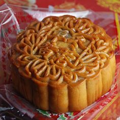 A step by step recipe to make Mooncake, a traditional Chinese dessert! Try it!