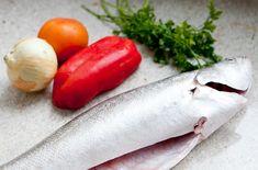 Peixe assado blog da mimis michelle franzoni ngredientes:  - 1 peixe limpo  - 1 tomate  - 1 cebola  - 1/2 pimentão  - sal e pimenta do reino à gosto  - salsinha e/ou coentro  - suco de 1 limão  Modo de preparo:   Corte a cebola, tomate, pimentão e salsinha. Tempere o peixe com sal, pimenta e suco de limão. Misture os temperos e coloque dentro da barriga do peixe. Feche com palitos.