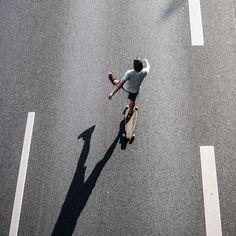 rollt 01 – Auf dem Highway Richtung Sonne. Schräges Licht, immer geradeaus. Die Figuren wie freigestellt auf Asphalt. 2014, MD | © www.piqt.de | #PIQT