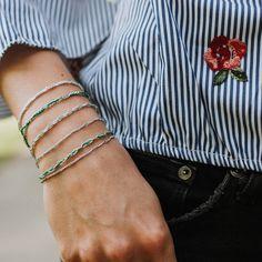 Zart und doch peppig - wie das Leben selbst besticht dieses Armband mit einzigartiger, zarter Struktur und knalligem Farbakzent. In grünen Modefarben vermittelt es Eleganz und schenkt den festen Glauben an das Mögliche. Cuff Bracelets, Spirit, Jewelry, Fashion, La Mode, Armband, Life, Nice Asses, Moda