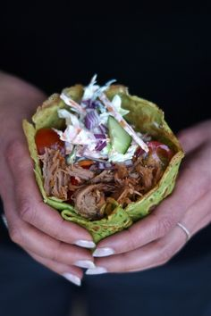 Lækre hjemmelavede spinatpandekager med pulled pork, coleslaw og andre grønne sager. En virkelig lækker aftensmad som kan varieres i fyldet