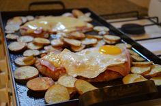 Milanesas a la napolitana con papas en la Planchetta My Recipes, Sausage, French Toast, Beef, Chicken, Cooking, Breakfast, Food, Milanesa