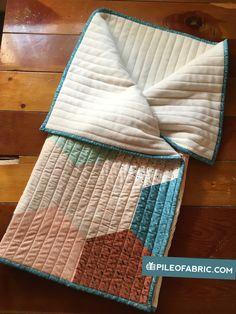 Baby Knitting Patterns Sleeping Bag Converting a Quilt to a Baby Sleeping Bag // Tutorial – Pile O& Fabric Quilt Baby, Baby Quilt Patterns, Baby Knitting Patterns, Purse Patterns, Sewing Patterns, Baby Sleeping Bag Pattern, Baby Sleeping Bags, Diy Bags Tutorial, Bag Tutorials