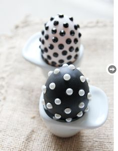 5 Easter egg projects, including these polka dots done with matte paint and stickers Easter Bunny, Easter Eggs, Easter Egg Pictures, Easter Egg Designs, Easter Ideas, Diy Ostern, Egg Art, Easter Holidays, Egg Decorating