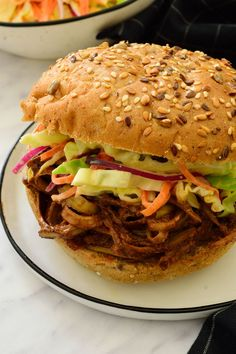 Banana peel vegan pulled pork sandwich sounds weird but is actually really good! A cheap and easy alternative to jackfruit pulled pork. Jackfruit Pulled Pork, Vegan Pulled Pork, Making Pulled Pork, Pulled Pork Recipes, Vegan Recipes Videos, Vegan Dinner Recipes, Vegan Breakfast Recipes, Vegetarian Recipes, Cooking Recipes