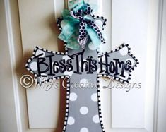 Cross Door Hangers Deco Mesh Ideas For 2019 Cross Door Hangers, Wooden Door Hangers, Barn Wood Crafts, Wooden Crafts, Wooden Art, Patio Door Coverings, Wood Crosses, Painted Crosses, Crosses Decor