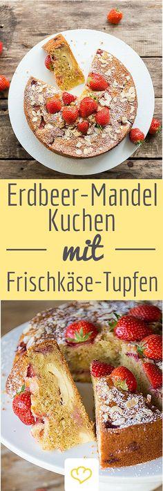 Erdbeer-Mandel-Kuchen mit Frischkäse-Tupfen: Diese saftige Köstlichkeit ist schnell zusammen gerührt und kommt mit zwei Schichten aus Erdbeeren, Mandelblättchen und cremig-süßem Frischkäse daher.