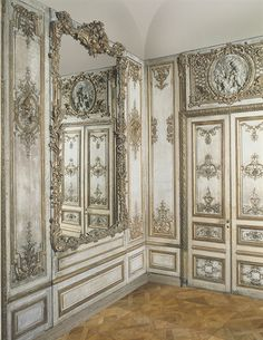 The design of this room is from the Rococo period. A Louis XV Parcel-Gilt And Cream-Painted Panelled Room French Interior, Classic Interior, French Decor, Modern Interior, Interior Design, French Furniture, Painted Furniture, Luis Xvi, Cream Paint