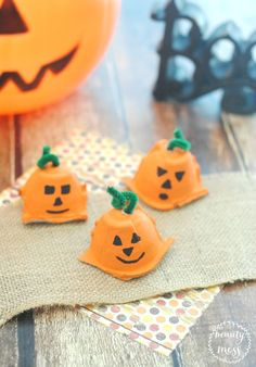 The best thing about Fall is PUMPKINS. You will love these adorable egg carton…