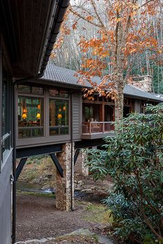 Rustic home in North Carolina designed above a flowing creek Platt Architecture designed this rustic home surrounded by a forested landscape with a creek running below in Cashiers, North Carolina. Cantilever Architecture, Architecture Design, House Architecture Styles, Architecture Panel, Futuristic Architecture, Design Exterior, Interior And Exterior, Rustic Exterior, Exterior Colors