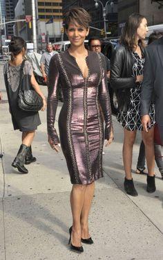 Halle Berry in Versace. I love this look IDC IDC IDC