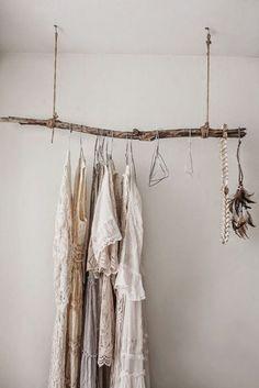 armario con ropa y tubos palo
