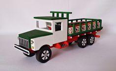 Caminhão artesanal feito com madeira reciclada.