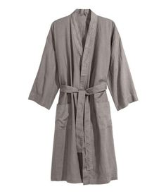 Light gray. PREMIUM QUALITY. Bathrobe in washed linen with two front pockets and tie belt. Unisex.