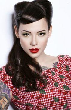 coiffure retro, robe rouge à motifs cerise, cheveux noirs, coiffure pin up