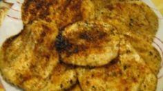 Ricetta Melanzane panate al forno: Pulire le melanzane e tagliare a fette alte circa un dito. Mettetele sotto sale a scolare per 15 minuti. In un vassoio mescolare, pangrattato, formaggio e origano. Ricoprite con carta di alluminio una placca da forno e coprite con l...