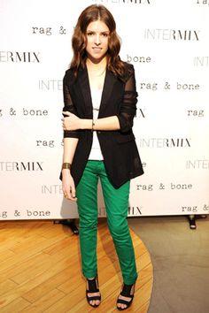 Jeans de colores: Verdes para acudir a un evento y estar a la última.