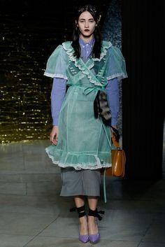 Miu Miu Spring 2016 Ready-to-Wear Fashion Show Collection: See the complete Miu Miu Spring 2016 Ready-to-Wear collection. Look 8 Haute Couture Style, Couture Mode, Couture Fashion, Runway Fashion, Womens Fashion, Fashion Trends, Latest Fashion, Look Fashion, High Fashion