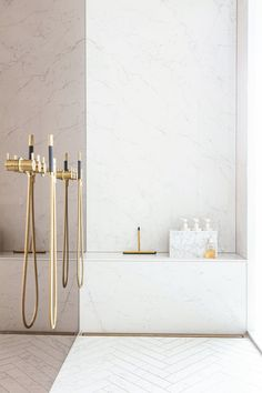 Big shower with smoked color glass to underline the brass details. Big Shower, Glamorous Bathroom, Laundry In Bathroom, Bathroom Interior Design, Modern Industrial, Detached House, Interior Inspiration, Bob, Glass