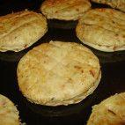 Oškvarkové pagáčiky • recept • bonvivani.sk Griddle Pan, Muffin, Food And Drink, Breakfast, Kitchen, Basket, Grill Pan, Breakfast Cafe, Baking Center