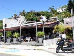 La Case - Restaurant et bar , ambiance chaleureuse , cuisine sympa . 15 rue jules garnier Quartier de l'orphelinat . Tel : 28 24 24 . steack@lagoon.nc.  Warm atmosphere, nice cooking.